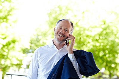 Businessmann mit Telefon - p1146m1172520 von Stephanie Uhlenbrock