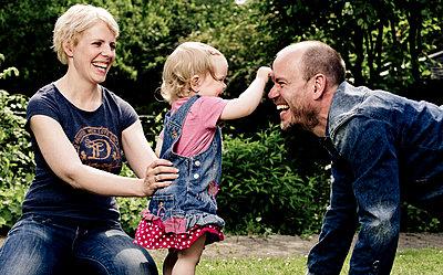 Eltern spielen mit ihrer Tochter - p1221m1158629 von Frank Lothar Lange