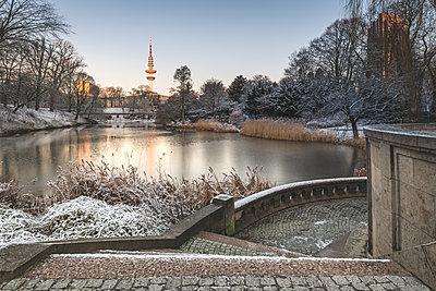 Germany, Hamburg, park Planten un Blomen at a winter morning - p300m2083648 by Kerstin Bittner