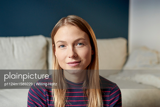 Porträt einer jungen blonden Frau - p1124m1589229 von Willing-Holtz