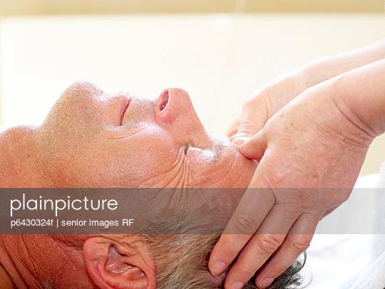 Aelterer Mann bei der Gesichtsmassage  - p6430324f von senior images RF