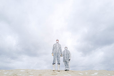 Father and son wearing protective suits standing outdoors in winter - p300m2170227 by Ekaterina Yakunina