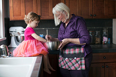 Grandmother and granddaughter baking cookies - p429m859760 by Robyn Breen Shinn