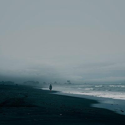 Walk on the beach in Hokitika  - p470m2270119 by Ingrid Michel