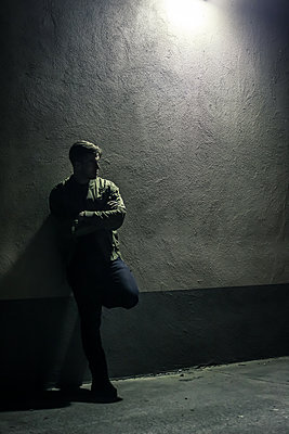 Man leaning against wall - p1019m1424635 by Stephen Carroll