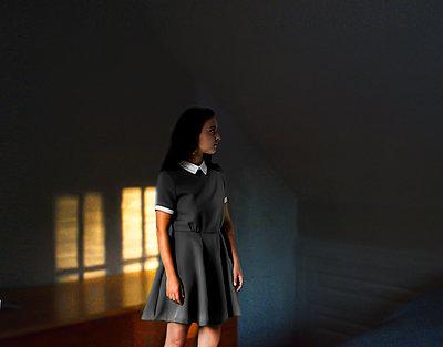 Junge Frau in einem Zimmer - p1693m2294570 von Fran Forman