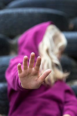 Girl raising her hand, close-up - p300m2070572 by Jana Fernow