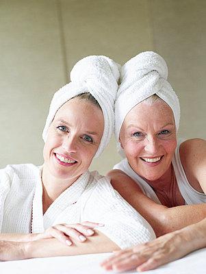 Mutter und Tochter nach einem Wellnesstag  - p6430371f von senior images RF