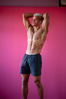 Bodybuilder posing - p817m2027565 by Daniel K Schweitzer