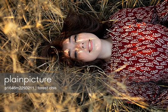 Frau liegt in hohem Gras - p1646m2293211 von Slava Chistyakov