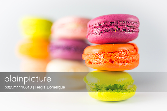 Multicolored macaroons - p829m1110813 by Régis Domergue