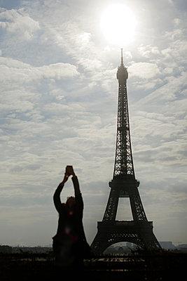Woman taking selfie, Eiffel Tower, Paris - p1028m2020628 von Jean Marmeisse