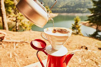 Kaffee aufbrühen in der Wildnis Rumäniens - p1573m2149987 von Christian Bendel