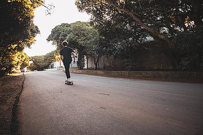 Boy on Skate Board - p1640m2296038 von Holly&John
