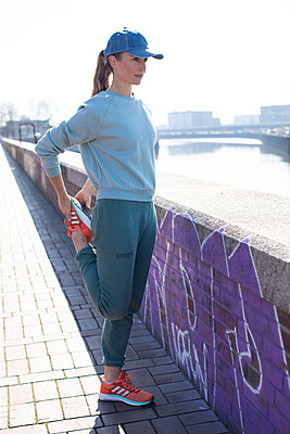 Woman jogging in Hamburg - p1678m2262260 by vey Fotoproduction