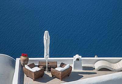 High angle view of balcony over ocean - p555m1410832 by ac productions