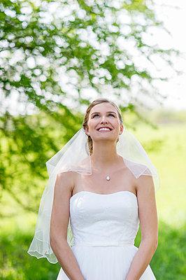 Braut im Glück - p949m1200294 von Frauke Schumann