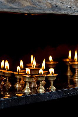Kerzen im Tempel - p949m955516 von Frauke Schumann