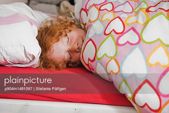 Im Bett liegen - p904m1481097 von Stefanie Päffgen