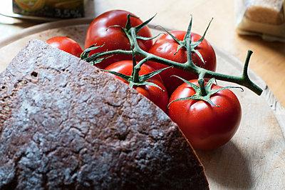 Tomaten und Brot - p1466m1538314 von Stefanie Giesder