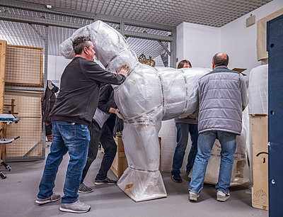 Forwarders transport a horse sculpture - p390m2122320 by Frank Herfort
