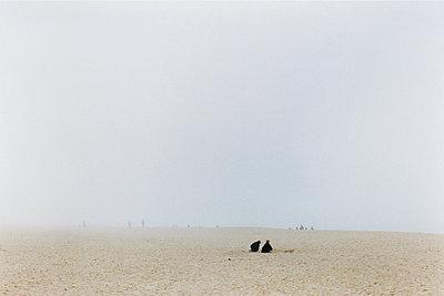 zwei kinder am nebligen strand - p627m672021 by Anna Anklam