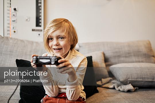 Girl playing video game - p312m2208264 by Plattform