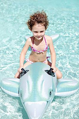 Mädchen reitet auf Delfin - p045m901698 von Jasmin Sander