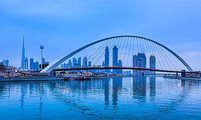 Pedestrian bridge across Dubai Creek, Water Canal Walk, UAE - p429m2068541 by Henglein and Steets