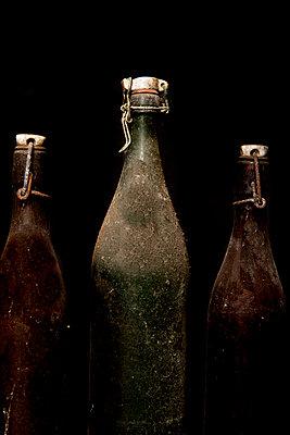 Drei staubige Flaschen - p451m987494 von Anja Weber-Decker