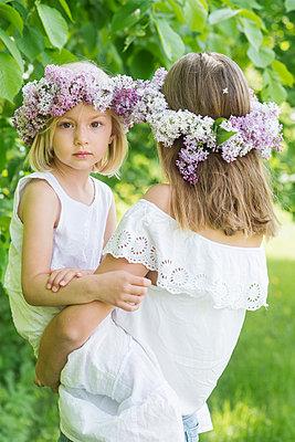 portrait of two girls with floral wreaths  - p1323m1575264 von Sarah Toure