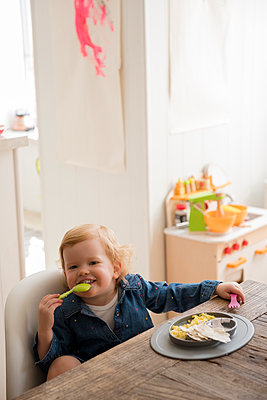 Caucasian girl eating with fork and spoon - p555m1482086 by JGI/Jamie Grill