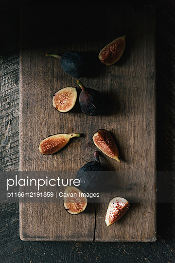Arrangement of organic figs on a barn table - p1166m2191859 by Cavan Images