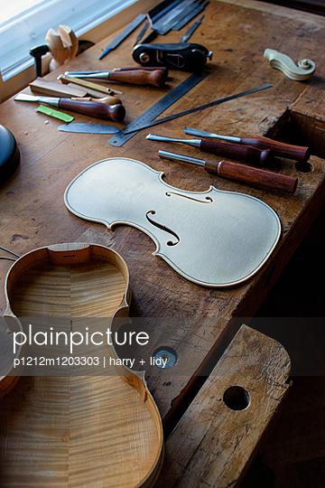 Geigenbau - Geigendecke in der Bearbeitung - p1212m1203303 von harry + lidy