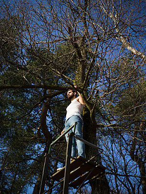 Man standing on raised hide - p1267m2090142 by Wolf Meier