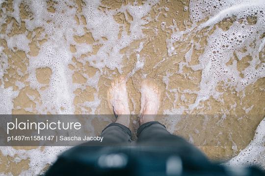 Füße von oben im Meer am Strand - p1497m1584147 von Sascha Jacoby