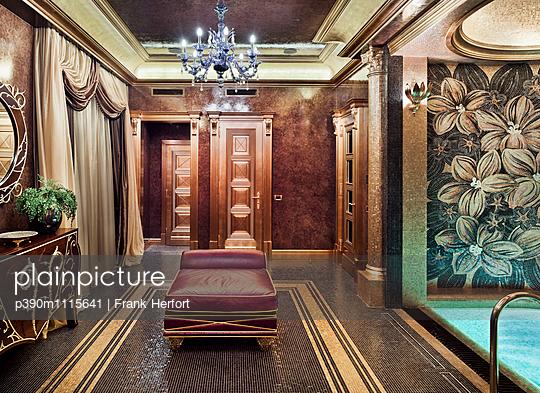 Swimming pool in luxury villa - p390m1115641 by Frank Herfort