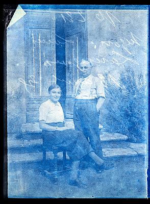 Old photography, Father and daughter - p265m2121957 by Oote Boe