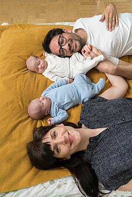 Familie mit Neugeborenen - p402m1201015 von Ramesh Amruth