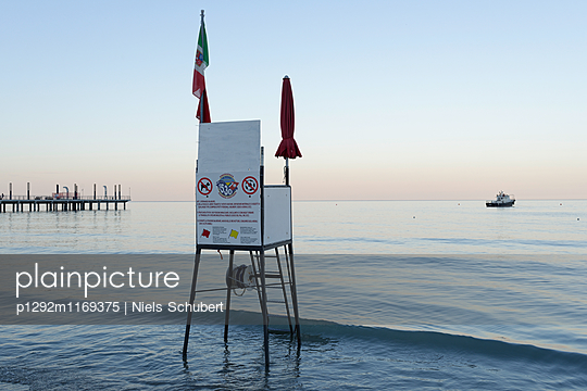 Rettungsschwimmerturm bei Sonnenuntergang - p1292m1169375 von Niels Schubert