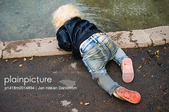 Kleiner Junge spielt an einem Teich - p1418m2014894 von Jan Håkan Dahlström