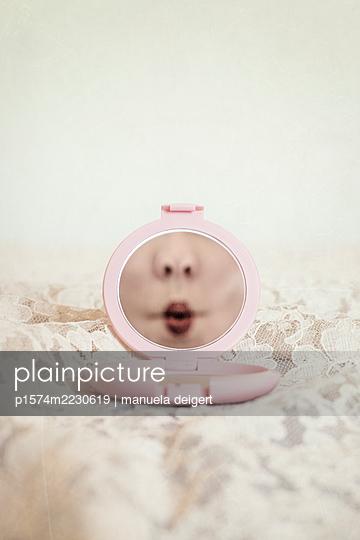 Spiegel mit Grimasse - p1574m2230619 von manuela deigert