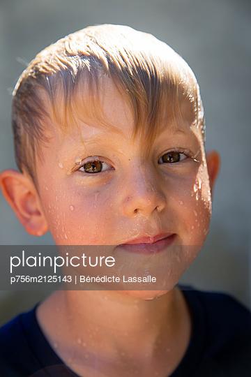 Boy with wet hair - p756m2125143 by Bénédicte Lassalle