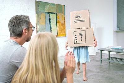 Mädchen verkleidet als Karton Monster - p1156m1591828 von miep