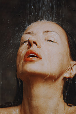 Woman taking a shower, portrait - p1577m2272921 by zhenikeyev