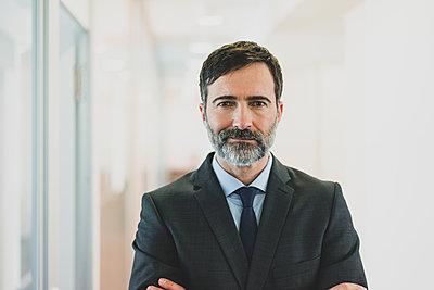 Portrait of confident mature businessman in office - p300m2144150 by Robijn Page