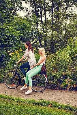 Zu zweit auf dem Fahrrad - p904m932258 von Stefanie Päffgen