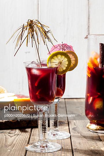 Decorated glasses of Sangria with fresh fruits - p300m2023570 von Susan Brooks-Dammann