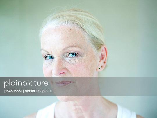 Portrait einer aelteren Frau  - p6430358f von senior images RF