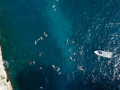 Aerial view, Bathing tourists - p1108m2090340 by trubavin